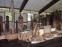 Aneka model ukiran kayu Asmat di Museum Asmat