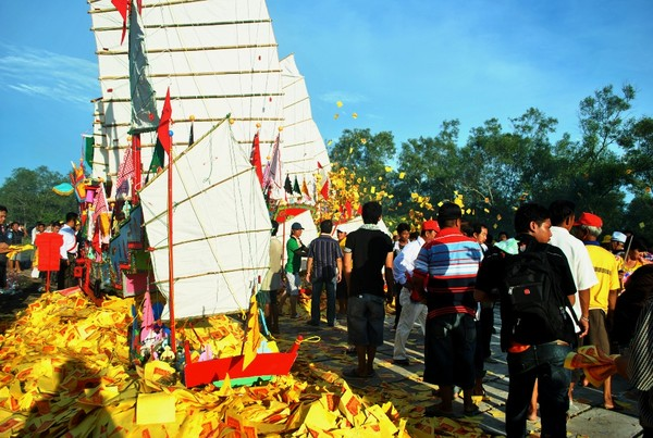 Tradisi Bakar Tongkang