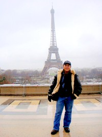 Berpose di Menara Eiffel