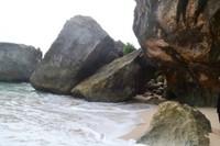 Pecahan bebatuan yang besar menghiasi pantai dan mempercantik pantai