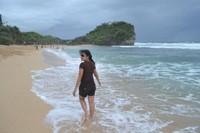 Berjalan disepanjang pantai