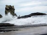 Batu-batu karang dengan ombak (Naryani Soepandi/dtraveler)