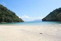 Hamparan pasir putih dan laut yang biru (Hendri/dTraveler)