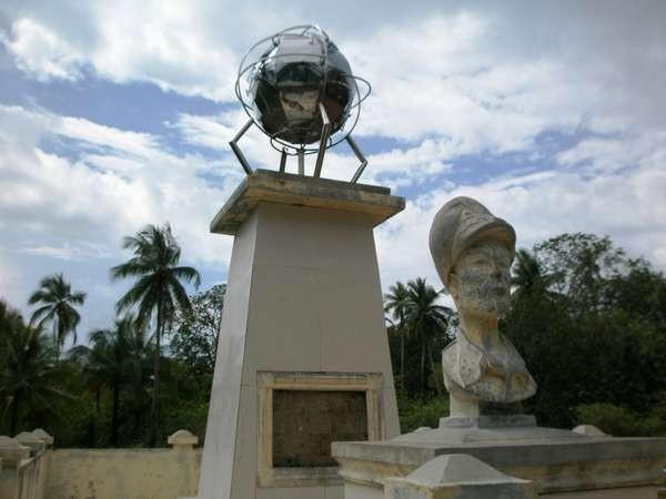 Tugu yang dibuat sebagai bukti Jenderal MacArthur dan pasukannya pernah tinggal di Pulau Zum-zum (Fanny Kristiadhi /ACI)