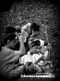 Umat Hindu khusyuk beribadah di Pura Tirta Empul