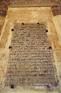 Salah satu prasasti di tiang masjid