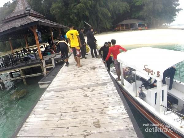 Para penyelam bersiap menuju titik penyelaman