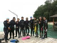 Para penyelam berfoto sebelum meluncur ke bawah laut