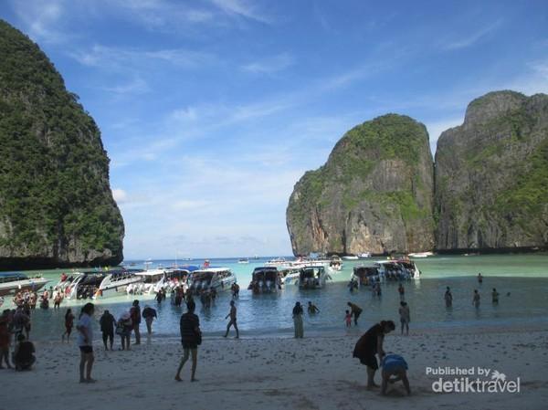 Maya Bay, tempat syuting film The Beach. Pantai ini begitu sepi di dalam film The Beach, tetapi kenyataannya, kapal datang dan pergi tanpa henti membawa penumpang wisatawan dari berbagai negara.
