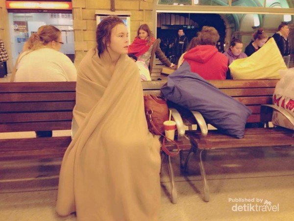 Pergi dengan kereta di luar negeri, tantangannya adalah hawa dingin. Saat menunggu kereta dari Sydney ke Melbourne, seorang bule cantik sampai membungkus tubuhnya dengan selimut.