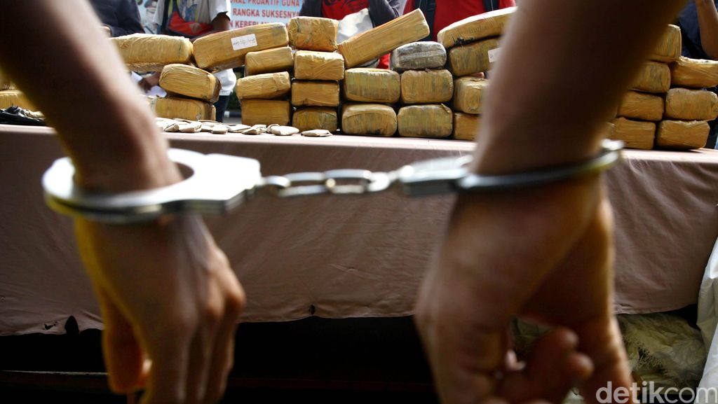 Polisi Tangkap Pembawa 14 Kg Ganja Saat Transit di Medan