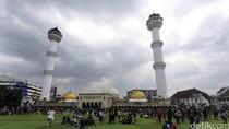 Masjid Raya Bandung Bagi 2.000 Takjil Per Hari, Fokus Bina Remaja