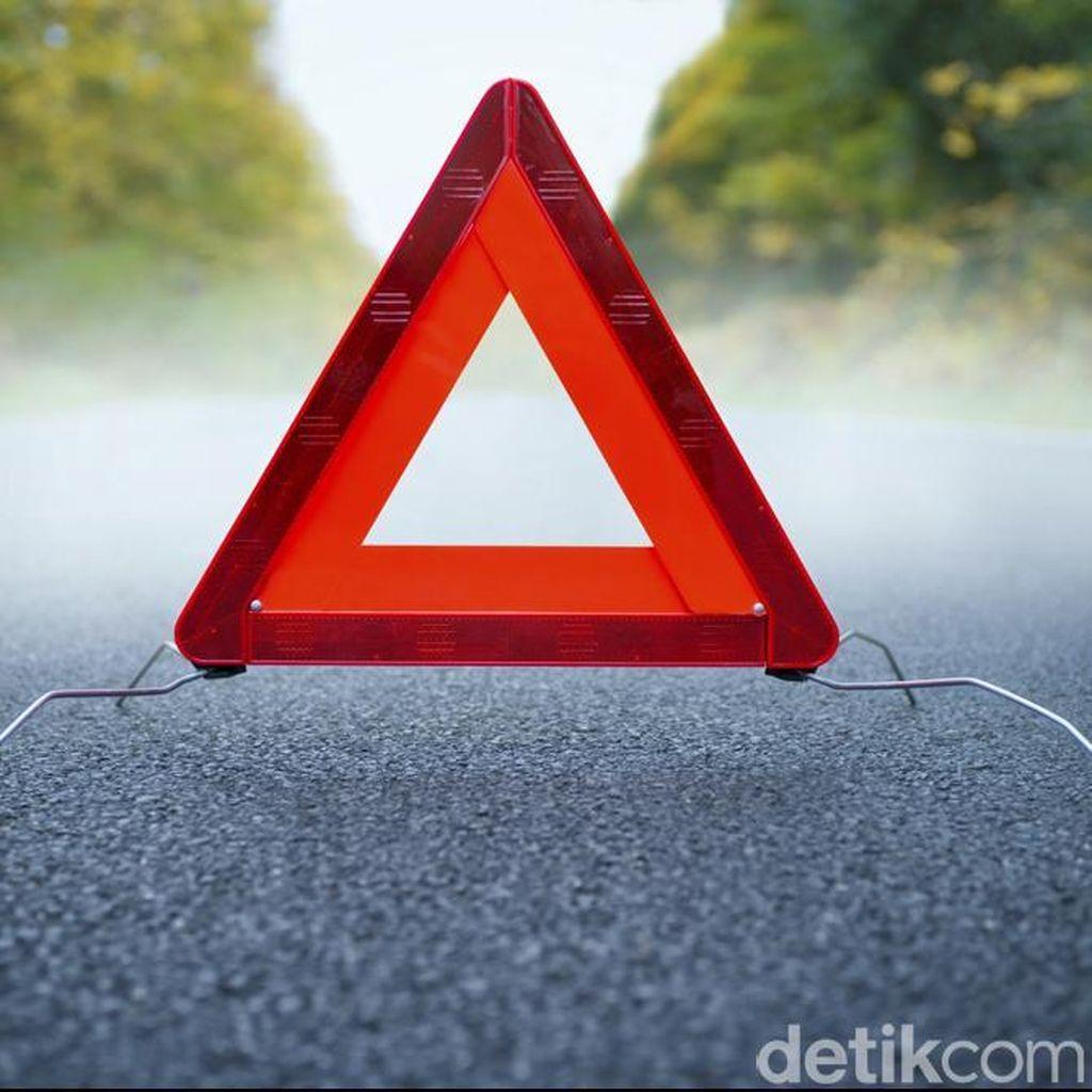 Honda Jazz Terbakar di Km 13 Tol Tomang Arah Grogol