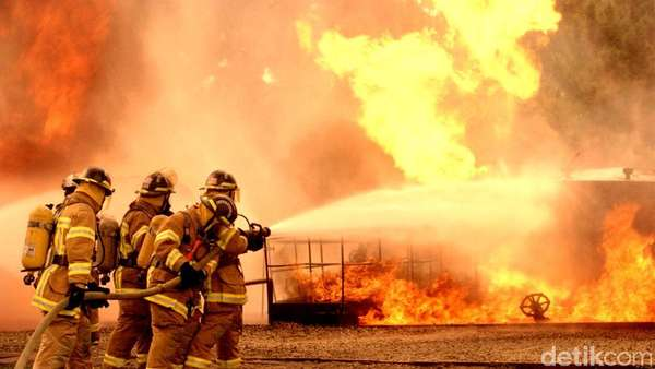 Ada Truk Tangki Terbakar, Pintu Tol Meruya Utama Ditutup Sementara