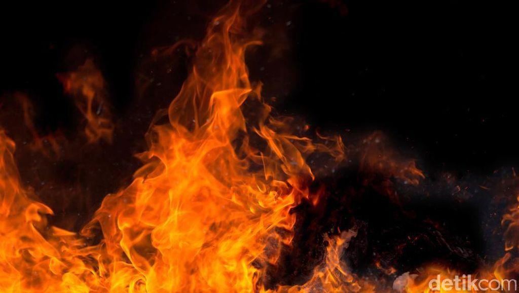 Kebakaran Tiang Listrik Dekat Taman Suropati Berhasil Dipadamkan