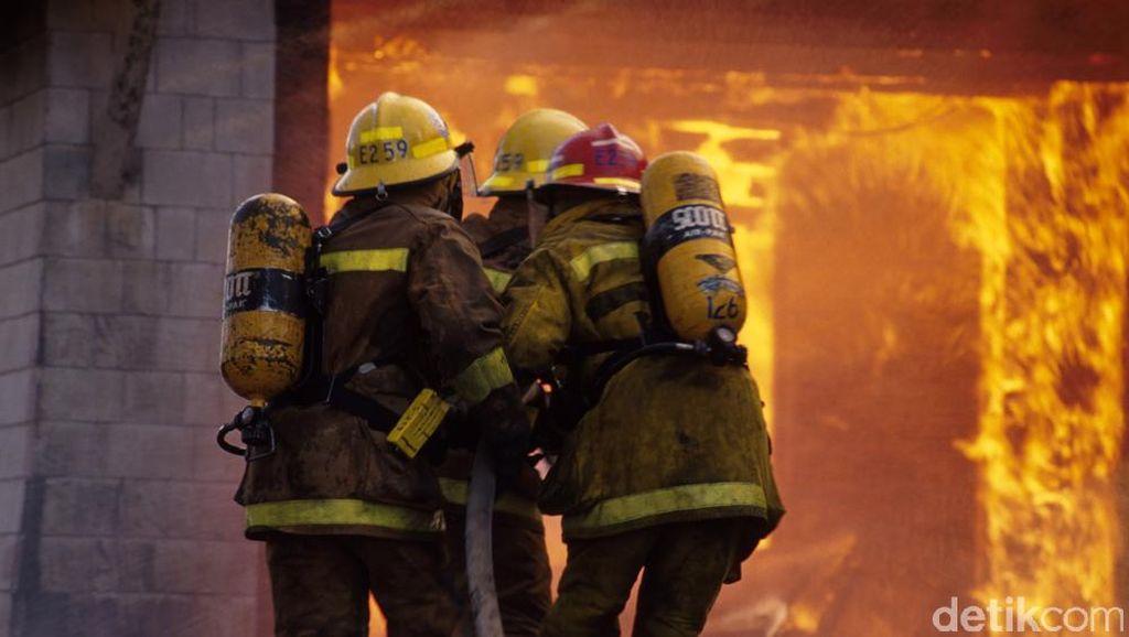 Ada Tiang Listrik Terbakar, Lalin Sekitar Taman Suropati Dialihkan