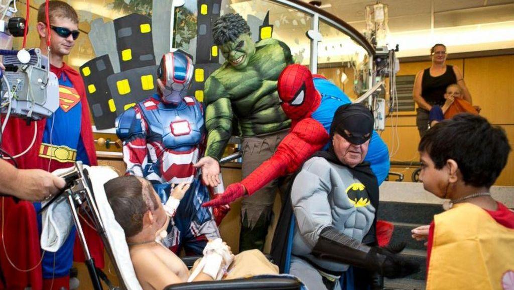 Suasana Ketika Pasien Anak Dikunjungi Batman, Spiderman, dan Superman