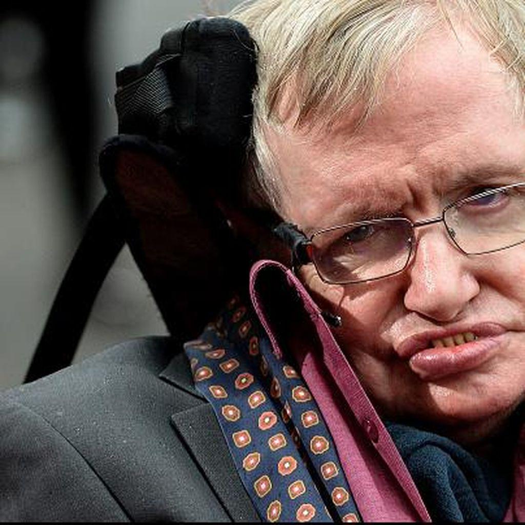 Stephen Hawking Bakal Jelajah Luar Angkasa