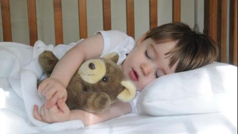Cara unik membangunkan anak yang sedang tidur (Foto: thinkstock)