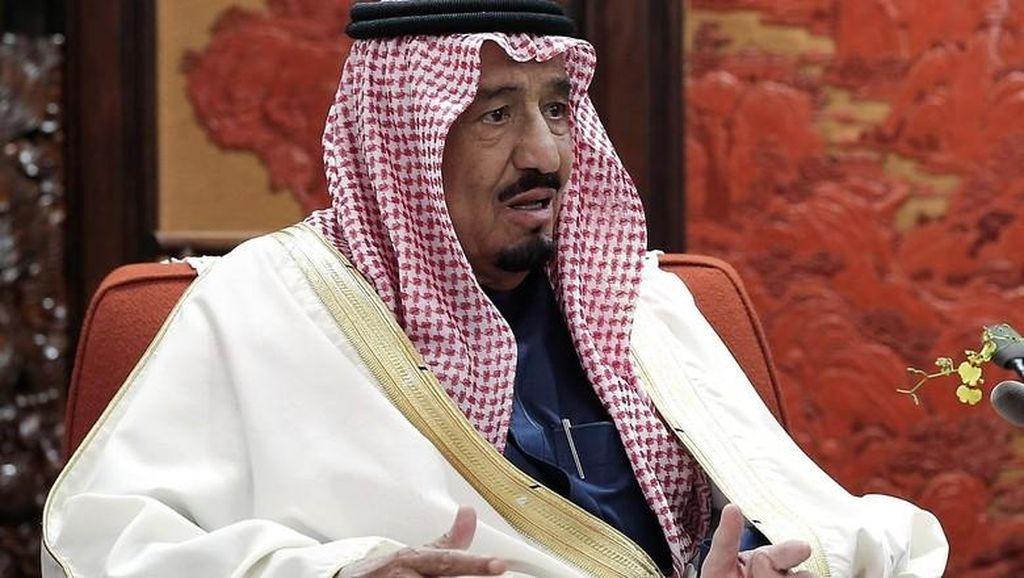 Begini Gaya Raja Saudi Turun dari Pesawat Pakai Eskalator Pribadi