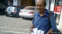 Penjual Buku Salat Keliling Ini Jadi Perbincangan Netizen karena Pintar Berbahasa Asing