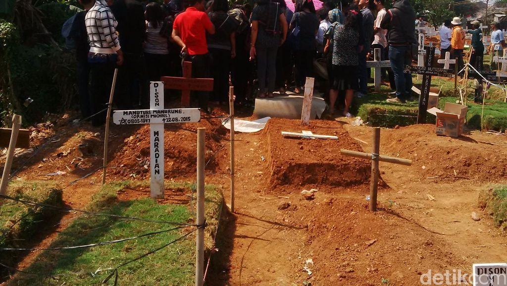Suasana Haru Selimuti Pemakaman Balita Kembar Korban Kebakaran di Cakung