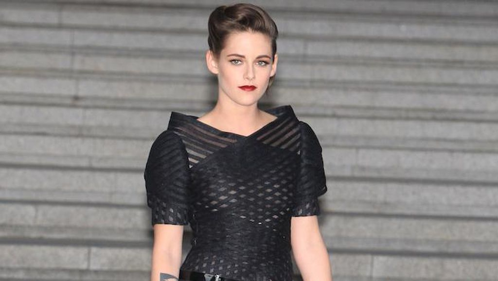 Demi Fotografer Fashion Ini, Kristen Stewart Pose Seksi Hanya Berbalut Handuk