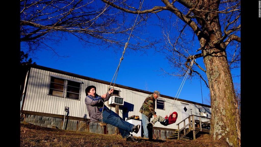 Kisah Faron Cox Besarkan Dua Anak di Usia 60 Tahun