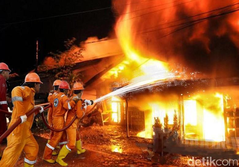 Kebakaran di Perumahan Kaveling DKI Meruya, Api Masih Menyala