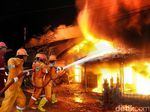 Api Masih Lahap Rumah Konfeksi di Tambora, Unit Damkar Ditambah