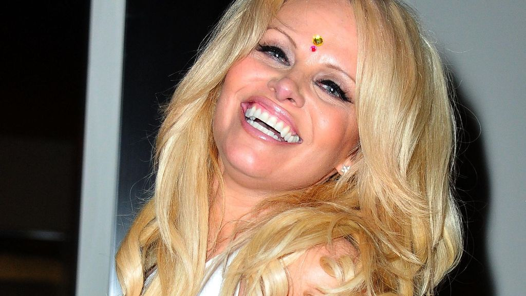 Dilelang Tiket Kencan Bareng Pamela Anderson, Siapa yang Mau?