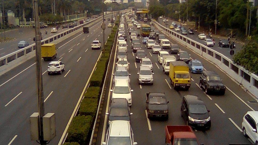 Ada Bus Mogok, Lalin Jatibening Arah Cikampek Macet 4 KM