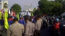 Pasukan Pengamanan Demo Buruh di Surabaya Dilarang Bawa Senpi