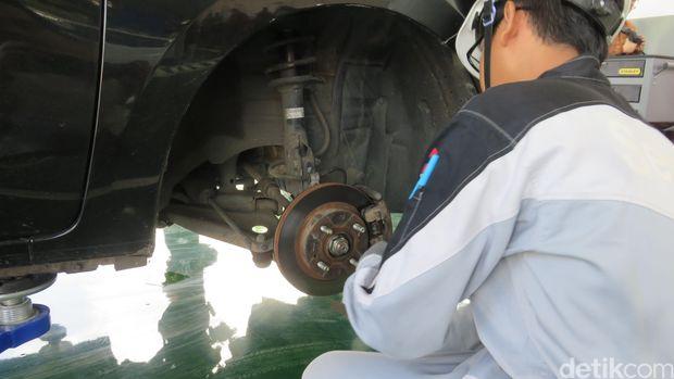 Pengecekan roda oleh teknisi