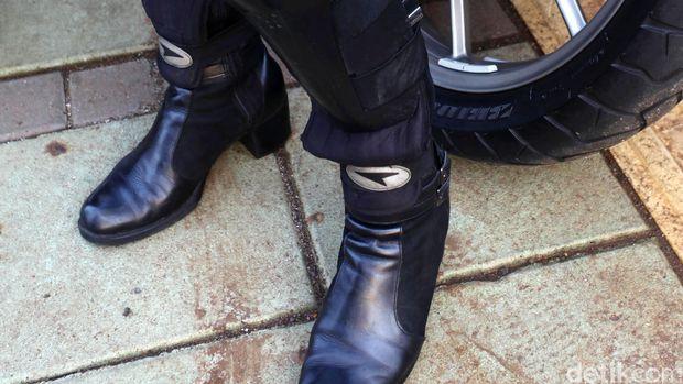 Jangan pakai hak tinggi ya, pakai sepatu biker lebih oke