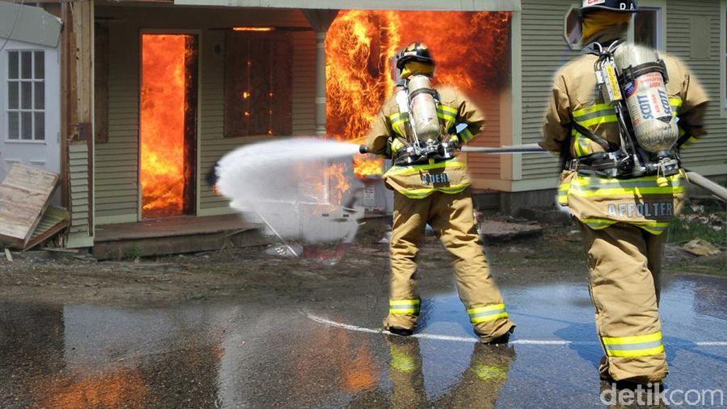 Kebakaran di Komplek Polri Ciracas, 6 Rumah Hangus Dilalap Api