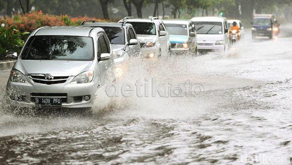 8 Tips Tetap Tenang Berkendara saat Banjir