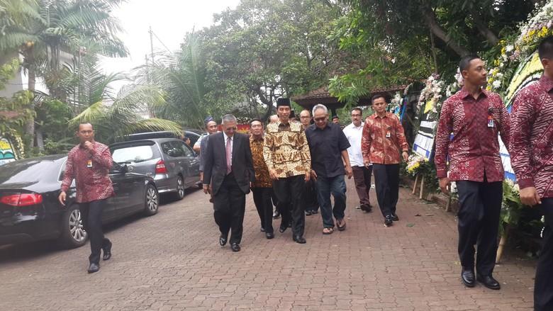 Datang Melayat, Presiden Jokowi Ikut Salatkan Jenazah Suhardiman