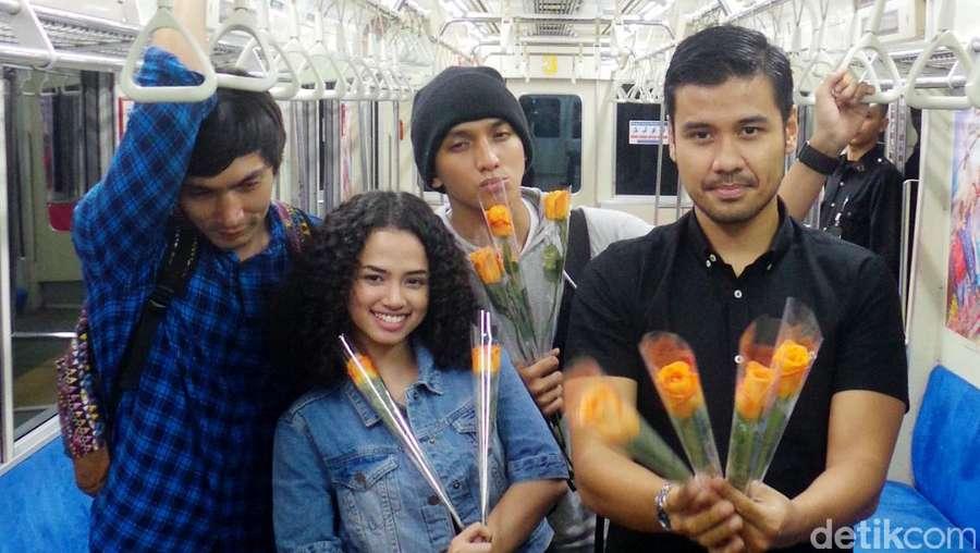 Sweet! Chicco Jerikho, Abimana dan Ge Pamungkas Bagi-bagi Bunga