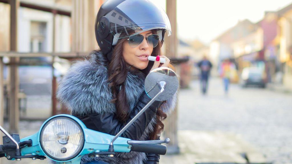 Tips Berbusana Agar Wanita Tetap Stylish Meski Bepergian Naik Motor