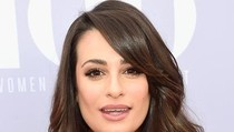 Lea Michele Ikuti Gaya Jennifer Lopez, Pose Seksi di Tempat Tidur