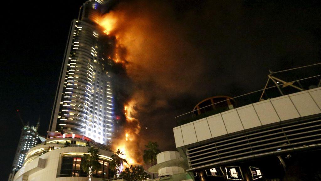 Kebakaran Landa Gedung Tinggi di Dekat Burj Khalifa