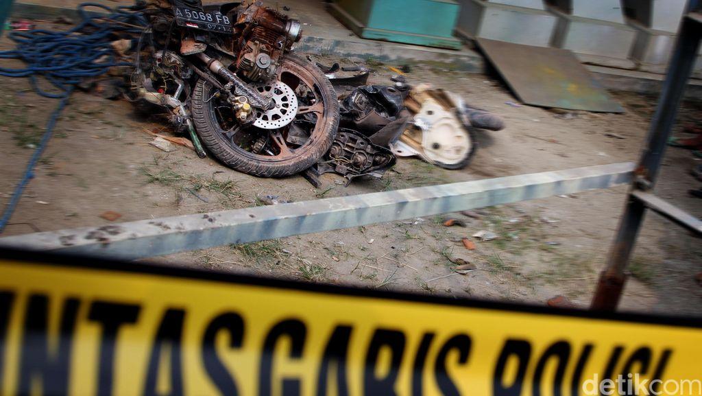 Akibat Digoda Cewek Seksi, Motor dan Mobil Ini Tabrakkan