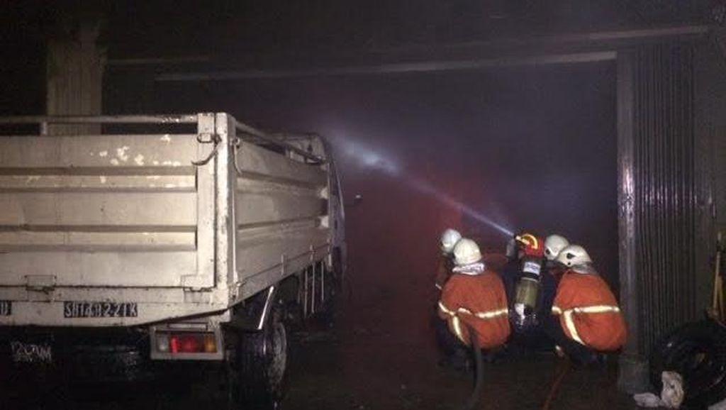 Kebakaran Gudang Spare Part Dipadamkan, 3 Kendaraan Ikut Terbakar