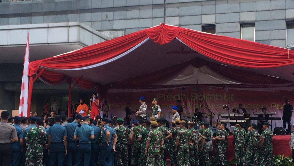 Tingkatkan Keakraban, TNI dan Polisi Joget Bareng di Panggung Prajurit