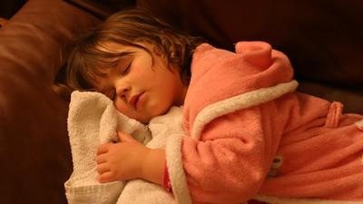 Gigi Anak Bergemeretak Saat Tidur, Kenapa Ya?