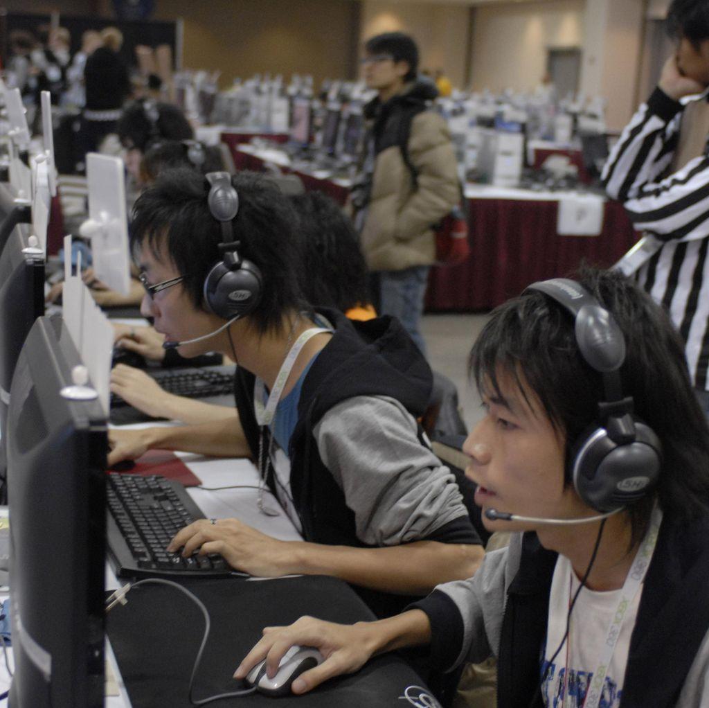 Kesal, Gamer ini Benturkan Kepala ke Monitor dan Tersangkut
