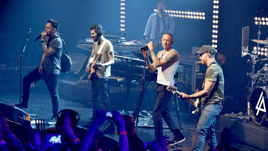 Duh! Linkin Park Dilempar Teko Plastik Saat Manggung