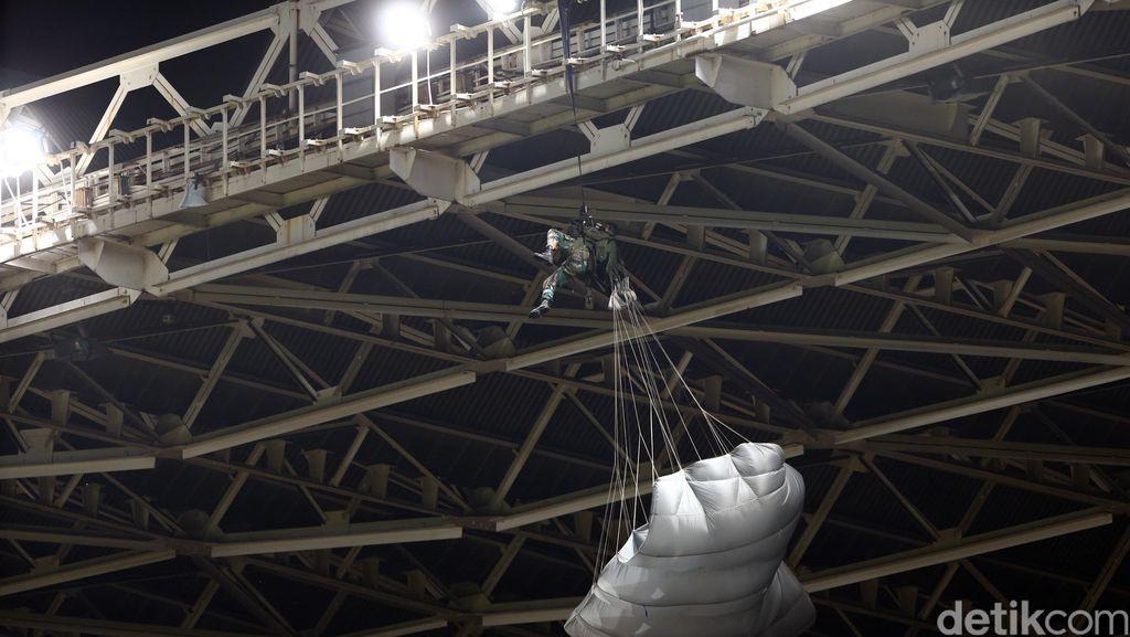 Seorang Penerjun Payung Nyangkut di Atap GBK