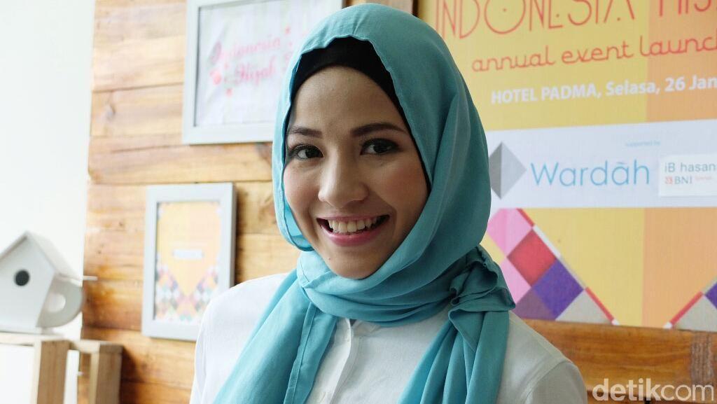 Gaya Berhijab Simpel Natasha Rizki Terinspirasi dari Hana Tajima